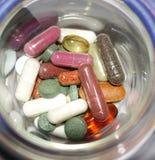 Variété de différentes pilules dans le récipient Photographie stock libre de droits