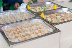 Variété de différents escargots savoureux bourrés sur l'affichage en métal t Photo stock