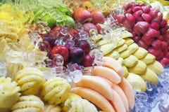 Variété de fruits découpée en tranches fraîche et régénératrice d'une manière ordonnée disposée images libres de droits