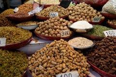 Variété de fruits, d'écrous et d'épices secs frais sur le marché d'épice de vieux Delhi photo libre de droits