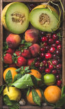 Variété de fruits saine d'été Melon, merises, pêche, fraise, orange et citron sur le fond en bois de plateau Images stock