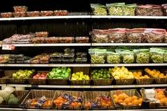 Variété de fruits sur des rayons de magasin Photo libre de droits