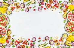 Variété de fruits de tranches sur le fond blanc fruits frais colorés Configuration plate, vue supérieure, l'espace de copie photographie stock