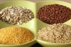 Variété de grains et de graines sains dans la cuvette Image libre de droits