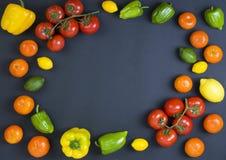 Variété de légumes crus, concept culinaire Assortiment des légumes et des herbes sur le fond en pierre gris Vue supérieure Copiez photographie stock libre de droits