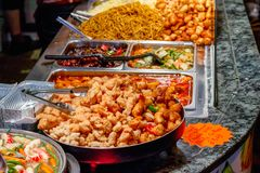 Variété de nourriture chinoise cuite sur l'affichage pour le traiteur au marché de Camden à Londres Image stock
