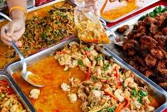 Variété de nourriture thaïe sur le marché Image libre de droits