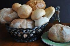 Variété de pains et de petits pains dans un panier Image stock