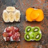 Variété de pains grillés de pain de seigle avec des fruits Photo libre de droits