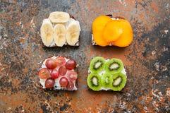 Variété de pains grillés de pain de seigle avec des fruits Photos stock