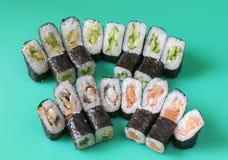 Variété de petits pains de sushi japonais sur la table Photo libre de droits