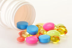 Variété de pillules de drogue et de suppléments diététiques Photo stock
