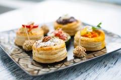 VARIÉTÉ de Plats gastronomiques de Canapes images stock