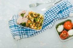 Variété de plats suivants un régime propres dans des récipients Le concept propre sain de nourriture, se ferment  Viande de poule photo stock