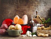 Variété de pommes de terre organiques crues crues : pommes de terre rouges, blanches, de bonbon et de doigts photos libres de droits