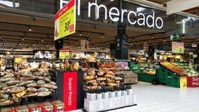 Variété de produits carnés dans un supermarché de Carrefour l'espagne Photo libre de droits