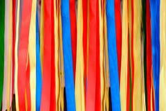 Variété de rubans de satin dans différentes couleurs et longueurs image stock
