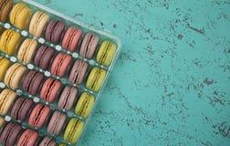 Variété de saveurs de Macarons de Français photo stock