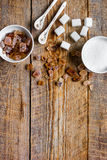 Variété de sucre dans des cuvettes sur l'espace en bois de vue supérieure de fond de table pour le texte Photos stock
