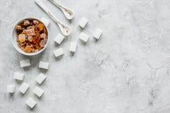 Variété de sucre dans des cuvettes sur l'espace gris de vue supérieure de fond de table pour le texte Images libres de droits