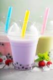 Variété de thé de bulle dans des tasses en plastique photos libres de droits