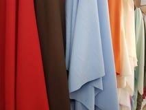 variété de tissus dans différentes couleurs montrées dans une boutique Photos libres de droits