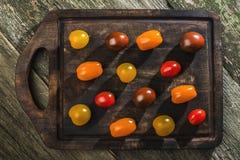 Variété de tomates-cerises sur le bois Images libres de droits