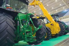 Variété de tracteurs alignés à l'exposition images stock