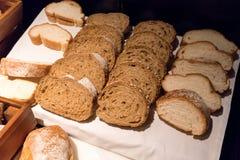 Variété de tranches faites fraîches de pain blanc et de petit pain Images stock