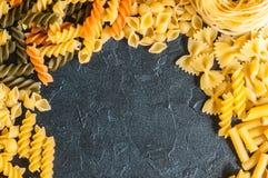Variété de types de fond italien de pâtes Ensemble de pâtes crues o Photographie stock