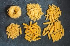 Variété de types de fond italien de pâtes Ensemble de pâtes crues o Photos stock