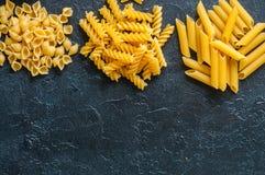 Variété de types de fond italien de pâtes Ensemble de pâtes crues o Image libre de droits