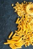 Variété de types de fond italien de pâtes Ensemble de pâtes crues o Photo libre de droits