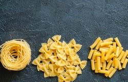 Variété de types de fond italien de pâtes Ensemble de pâtes crues o Photo stock