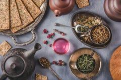 Variété de vert et de thés de bouton de rose, tranches de pain et théières croustillantes d'argile Images libres de droits