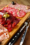Variété de viandes, saucisses, salami, jambon, olives photo stock