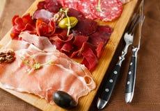 Variété de viandes, saucisses, salami, jambon, olives Photo stock