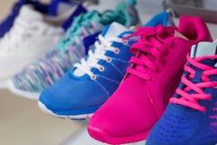Variété des espadrilles colorées en vente Images stock