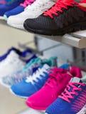 Variété des espadrilles colorées en vente Photo stock