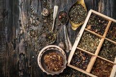 Variété des thés, mélanges dans le plat de cuivre, topview Image libre de droits