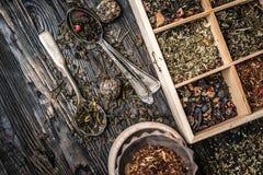 Variété des thés, mélanges dans le plat de cuivre, topview Photo libre de droits