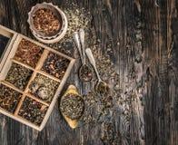 Variété des thés, mélanges dans le plat de cuivre, topview Photos libres de droits