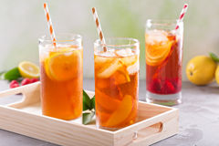 Variété glacée de thé en verres grands Photographie stock libre de droits