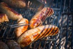 Variété mélangée de saucisses grillées par char mouthwatering images libres de droits