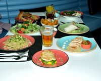 Variété saine de nourriture de plats sains recommandés pour les athlètes, servi avec l'élégance qui vous incitent à ouvrir votre  image libre de droits