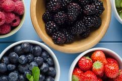 Variétés de fruits dans la vue aérienne de cuvettes distinctes Photos stock
