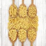 Variétés de pâtes dans des cuillères en bois de chêne Photo libre de droits