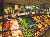 Variétés de pommes d'achats de femme dans le supermarché allemand de ville Photos stock