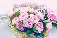 Variétés modernes d'élite de pivoine de roses dans un bouquet dans les paniers en osier comme cadeau Fin vers le haut Photographie stock