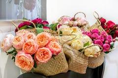 Variétés modernes d'élite de pivoine de roses dans un bouquet dans les paniers en osier comme cadeau Foyer sélectif Photographie stock libre de droits